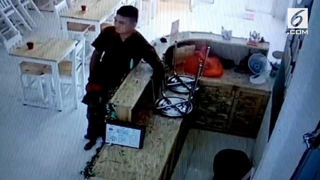 Seorang pria terekam kamera CCTV mengambil sebuah HP milik kasir.