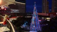 Pengunjung melihat pohon natal di Mal Central Park yang mendesain dengan ornamen Natal, Jakarta  Rabu (21/12). Jelang perayaan natal sejumlah mal di Jakarta mendekor mal bernuansa natal agar menjadi daya tarik pengunjung. (Liputan6.com/Johan Tallo)