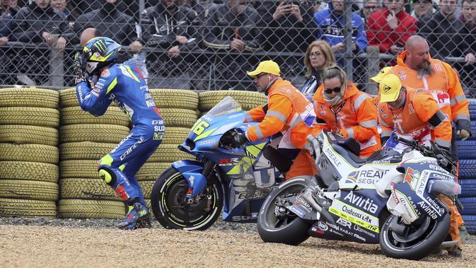 Joan Mir terjatuh bersama Karel Abraham pada pemanasan MotoGP Prancis 2019. (AP Photo/David Vincent)