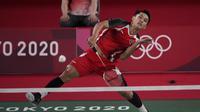 Pebulu tangkis Indonesia, Jonathan Christie menang dua gim langsung atas wakil ROC, Aram Mahmoud 21-8 dan 21-14 dalam laga fase grup bulu tangkis nomor tunggal putra Olimpiade Tokyo 2020, Sabtu (24/7/2021). (Foto: AP/Dita Alangkara)