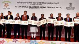 Sejumlah kepala negara dan pemerintahan negara-negara Asean berfoto bersama saat KTT ASEAN-India di Rasthrapati Bhawan, Kamis (25/1). KTT dalam rangka memperingati 25 tahun hubungan kerja sama antara India dengan anggota ASEAN. (Biro Pers Setpres)