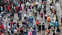 Warga beraktifitas ketika pelaksanaan Car Free Day (CFD) di Bundaran HI Jakarta, Minggu (30/12). Pelaksanaan CFD juga  untuk membentuk karakter masyarakat dalam mengurangi ketergantungan pada pemakaian kendaraan bermotor. (Liputan6.com/Faizal Fanani)