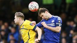 Pemain Chelsea, Branislav Ivanovic, berduel dengan pemain Scunthorpe United, Kevin van Veen, pada putaran ketiga Piala FA di Stadion Stamford Bridge, London, Minggu (10/1/2016). Chlesea menang 2-0. (Reuters/Stefan Wermuth)