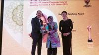 Wali Kota Surabaya Tri Rismaharini menerima penghargaan oleh Her Times di Singapura (Foto:Liputan6.com/Dian Kurniawan)