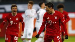 Striker Bayern Munich, Robert Lewandowski melakukan selebrasi usai mencetak gol pertama timnya ke gawang Borussia Moenchengladbach dalam laga lanjutan Liga Jerman 2020/21 pekan ke-15 di Borussia Park, Jumat (8/1/2021). Bayern Munich kalah 2-3 dari Moenchengladbach. (AFP/Wolfgang Rattay/Pool)
