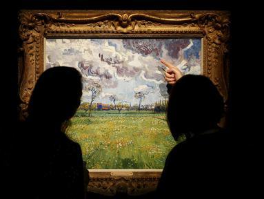 "Pengunjung melihat lukisan ""Paysage sous un ciel mouvemente"" karya Vincent van Gogh di London, Inggris, Jumat (9/10/2015).Lukisan – lukisan ini diperkirakan terjual hingga ratusan miliar rupiah. (REUTERS/Stefan Wermuth)"