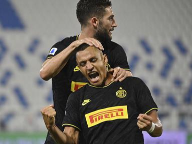 Penyerang Inter Milan, Alexis Sanchez, merayakan gol yang dicetaknya ke gawang SPAL pada laga lanjutan Serie A pekan ke-33 di Stadio Paolo Mazza, Jumat (17/7/2020) dini hari WIB. Inter Milan menang 4-0 atas SPAL.  (Massimo Paolone/LaPresse via AP)
