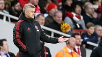 Pelatih Manchester United, Ole Gunnar Solskjaer melihat para pemainnya bertanding melawan Arsenal selama pertandingan lanjutan Liga Inggris di Stadion Emirates di London (10/3). Arsenal menang 2-0 atas MU. (AP Photo/Tim Ireland)