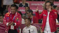 Presiden Indonesia, Joko Widodo, memberi dukungan kepada atlet wushu Indonesia, Lindswell Kwok, saat beraksi pada Asian Games di JIExpo, Jakarta, Senin, (20/8/2018). (Bola.com/Vitalis Yogi Trisna)