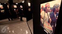 Pengunjung melihat foto dalam pameran fotografi Refleksi gerakan mahasiswa-Reformaai Tahun 1998 melawan kebangkitan orde baru di Galeri Cipta II, Jakarta, Senin (8/5). Pameran diadakan oleh Persatuan Nasional Aktivis 1998. (Liputan6.com/Johan Tallo)