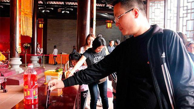 Seorang traveler yang diketahui identitasnya bernama Chong Chu, menyumbangkan iPhone 6 miliknya dengan cara memasukkannya ke dalam kotak amal di sebuah kuil di China