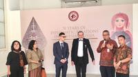 """Sambutan sebelum dilaksanakannya Press Tour untuk Pameran Lukisan """"Untaian Katulistiwa"""" pada Senin, 3 Februari 2020. (Liputan6.com/Jihan Fairuzzia)"""