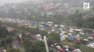 Sejak sore hari hujan deras turun di Jakarta dan sekitarnya. Akibatnya sebagian jalanan di Jakarta Selatan tergenang dan macet.