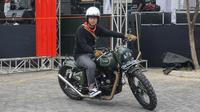 Gibran Rakabuming Raka saat mencoba mengendarai motor Royal Enfield 500 di arena pameran motor custom Burnout,Sabtu (1/9).(Liputan6.com/Fajar Abrori)
