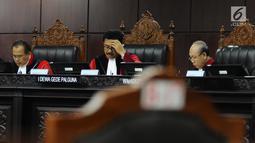 Hakim MK, I Dewa Gede Palguna (tengah) memimpin sidang perdana permohonan uji materi UU Nomor 7 Tahun 2017 tentang Penyelenggaraan Pemilu di Mahkamah Kontitusi, Jakarta, Selasa (5/9). Sidang membacakan nota pendahuluan. (Liputan6.com/Helmi Fithriansyah)