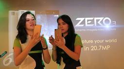 Model mencoba Smartphone Infinix Zero 3 saat peluncuran perdana di Jakarta, Senin (29/2/2016). Infinix mendesain ponsel terbarunya dengan material terbaik yang membuatnya tampak lebih mewah dan elegan. (Liputan6.com/Angga Yuniar)