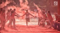 Seorang peserta mengikuti lari santai The Color Run di kawasan komplek Gelora Bung Karno, Jakarta, Minggu (16/9). Sebanyak 13.000 peserta mengikuti The Color Run. (Liputan6.com/Faizal Fanani)