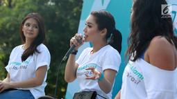Aktris Devi Lanni berbicara dalam Andalan Freshtival Special Kartini Day di kawasan Senayan, Jakarta, Minggu (21/4). Acara yang digelar untuk memperingati Hari Kartini tersebut mengajak kaum wanita berani tampil menjadi inspirasi. (Liputan6.com/Immanuel Antonius)