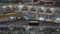 Ribuan jemaah melakukan tawaf dan memadati sekitar Kakbah di Masjidil Haram, kota suci Makkah, Arab Saudi pada Rabu (7/8/2019). Kondisi Masjidil Haram menjelang puncak ibadah haji kian dipadati jemaah dari berbagai negara. (Photo by FETHI BELAID / AFP)