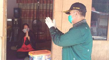 Wakil Gubernur Sumbar, Nasrul Abit memantau pasien corona yang isolasi mandiri di rumahnya.