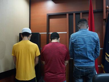 Sebanyak tiga orang WNA yang terjaring razia di salah satu hotel kawasan Sawah Besar saat konferensi pers di Kantor Imigrasi Kelas I Non TPI Jakarta Pusat, Kamis (8/8/2019). Mereka ditangkap Satpol PP bersama pasangannya masing-masing diduga tengah pesta seks. (Liputan6.com/Immanuel Antonius)