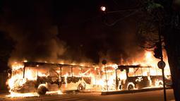Dua bus terbakar saat unjuk rasa di Rio de Janeiro, Brasil, (29/4). Selain membakar bus, pengunjuk rasa meblokir jalan-jalan untuk memprotes usulan perubahan undang-undang ketenagakerjaan dan sistem pensiun. (AP Photo/Leo Correa)