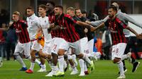 Pemain AC Milan merayakan kemenangan atas AS Roma dalam Serie A Italia di Stadion San Siro, Milan, Jumat (31/8). AC Milan menaklukkan AS Roma dengan skor 2-1. (AP Photo/Antonio Calanni)