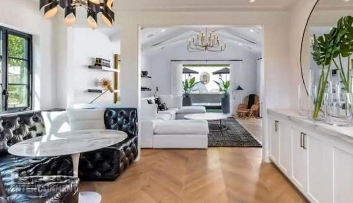 Ruang tamu tampak sang cantik dengan penataan yang bagus. Ruangan ini didominasi dengan warna putih yang dikombinasi dengan warna hitam. (Foto: YouTube/Famous Entertainment)
