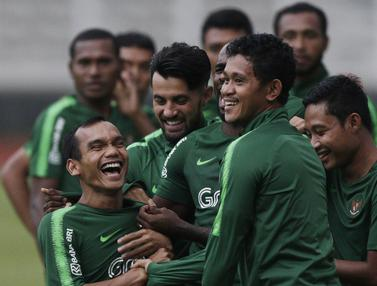 Pemain Timnas Indonesia, Riko Simanjuntak, tertawa saat latihan. (Bola.com/M. Iqbal Ichsan)