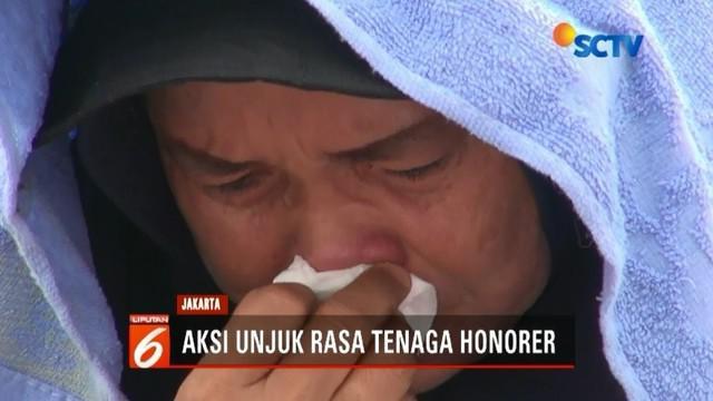 Berdemo di depan gedung DPR, ribuan tenaga kerja honorer se-tanah air ini menangis karena terbawa emosi saat berdoa bersama.
