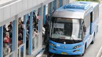 Bus Transjakarta menaikan penumpang di halte Tosari, Jakarta, Jumat (30/12). Koridor 1 (Blok M-Kota) dan Koridor 5 (Kampung Melayu-Ancol) akan menjadi fokus pelayanan pada malam tahun baru. (Liputan6.com/Yoppy Renato)