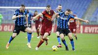 Striker AS Roma, Edin Dzeko, berebut bola dengan bek Inter Milan, Stefan de Vrij, pada laga Liga Italia di Stadion Olimpico, Roma, Minggu (10/1/2021). Kedua tim bermain imbang 2-2. (AP Photo/Gregorio Borgia)