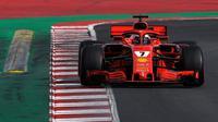 Pebalap Ferrari, Kimi Raikkonen, menjadi yang tercepat pada tes hari keempat pramusim F1 2018 yang berlangsung di Circuit de Catalunya, Spain, Jumat (10/3/2018). (AFP/Luis Gene)