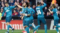 Bek Real Madrid, Marcelo melakukan selebrasi usai mencetak gol ke gawang Valencia saat bertanding pada lanjutan La Liga Spanyol di stadion Mestalla, (27/1). Real Madrid menang 4-1. (AFP Photo/Jose Jordan)