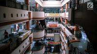 Suasana pusat perbelanjaan Glodok yang sepi pengunjung di Jakarta, Selasa (18/7). Maraknya bisnis jual beli online di Indonesia menjadi faktor besar pada turunnya jumlah kunjungan masyarakat ke pusat belanja. (Liputan6.com/Faizal Fanani)