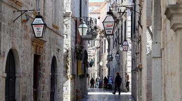 Gambar pada 28 Maret 2019 menunjukkan jalan kota tua Dubrovnik, salah satu lokasi pengambilan gambar film serial Game of Thrones. Kota di Kroasia ini menjadi King's Landing, Ibu Kota Westeros dalam film serial besutan David Benioff & DB Weiss untuk jejaring televisi HBO. (Denis LOVROVIC / AFP)
