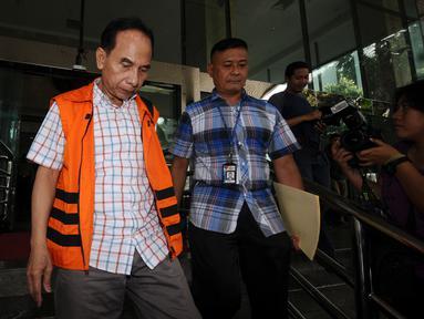 Mantan Walikota Cimahi M Itoc Tochija tertunduk usai menjalani pemeriksaan lanjutan di Gedung KPK, Jakarta, Senin (30/1). Itoc Tochijah diduga menerima suap dari pengusaha TDB dan HSGM pada 1 Desember 2016 lalu. (Liputan6.com/Helmi Fithriansyah)