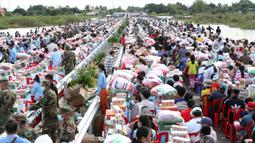 Para korban banjir menerima perlengkapan bantuan di Distrik Mongkul Borey, Provinsi Banteay Meanchey, Kamboja, pada 21 Oktober 2020. PM Samdech Techo Hun Sen pada Rabu (21/10) mengatakan banjir bandang di Kamboja telah merenggut 34 jiwa dan memaksa puluhan ribu orang dievakuasi. (Xinhua/Li Lay)