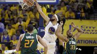 Penggawa Golden State Warriors JaVale McGee (tengah) melakukan slam dunk pada game pertama semifinal Wilayah Barat play-off NBA di ORACLE Arena, Rabu (3/5/2017) siang WIB. Warriors menang 106-94. (AP Photo/Marcio Jose Sanchez)