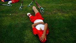 Warga Palestina yang diamputasi beristirahat disela permainan sepak bola d i stadion Kota Gaza, Selasa (27/8/2019). Turnamen lokal tersebut diadakan pertama kali bagi orang-orang Palestina yang kehilangan anggota tubuhnya akibat tembakan Israel di Jalur Gaza. (AP Photo/Hatem Moussa)