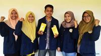 Lima mahasiswa Unair yang memproduksi teh herbal berbahan baku pelepah pisang (foto: Liputan6.com / dok. Humas Unair for JawaPos.com)