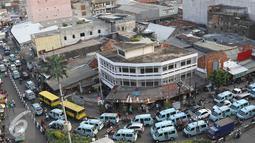 Sejumlah angkutan umum berada di kawasan Tanah Abang, Jakarta, Jumat (16/9). Kurangnya pengawasan membuat kawasan tersebut kembali semrawut akibat banyaknya PKL serta angkutan umum yang mengetem sembarangan. (Liputan6.com/Immanuel Antonius)