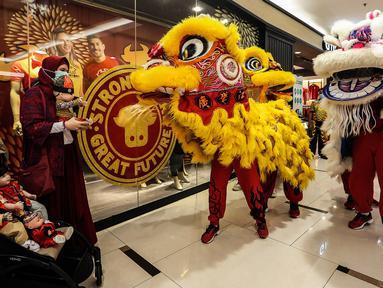Barongsai beratraksi di Senayan City mall, Jakarta, Jumat (12/2/2021). Atraksi Barongsai yang digelar dengan berkeliling pusat perbelanjaan tersebut bertujuan untuk menghibur pengunjung sekaligus untuk menyambut Tahun Baru Imlek 2572. (Liputan6.com/Johan Tallo)