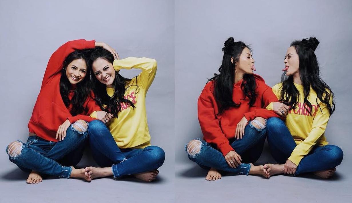 Kakak beradik Ririn Ekawati dan Rini Yulianti memang selalu tampil kompak. Sama-sama cantik dan modis, keduanya pun tak bosan untuk terus dilihat dan menjadi perhatian publik. (Instagram/ririnekawati)