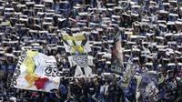 Suporter Persib Bandung, Bobotoh, memberikan dukungan saat melawan TIRA Persikabo pada laga Piala Presiden 2019 di Stadion Si Jalak Harupat, Bandung, Sabtu (2/3). Persib kalah 1-2 dari TIRA. (Bola.com/Yoppy Renato)