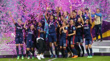 Kegembiraan pemain Lyon usai menjuarai Liga Champions Wanita di Stadion Valeriy Lobanovskiy, Kiev, Ukraina, Kamis (24/5). Lyon mengalahkan Wolfsburg dengan skor 4-1. (AP Photo/Efrem Lukatsky)