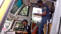 Petugas Dinas Perhubungan mengecek setir sopir saat menginspeksi keselamatan bus di Terminal Kalideres, Jakarta, Selasa (22/12/2020). Inspeksi dilakukan untuk memastikan bus AKAP layak jalan untuk mengantar para pemudik jelang libur Natal dan Tahun Baru 2021. (Liputan6.com/Angga Yuniar)