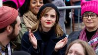 Aktris Emma Watson diantara kerumunan orang-orang yang mengikuti acara Women's March di Washington, AS (21/1). Gerakan itu diikuti ribuan perempuan lain di Eropa dan negara lain termasuk Asia, Australia, hingga Asia. (AP Photo / Jose Luis Magana)