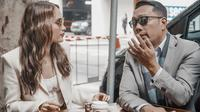 Cinta Laura dan Ridwan Kamil di Jabarano Coffee, kedai kopi Jawa Barat yang buka di Melbourne, Australia. (dok. Instagram @claurakiehl/https://www.instagram.com/p/B8-At1ullN9/Putu Elmira)