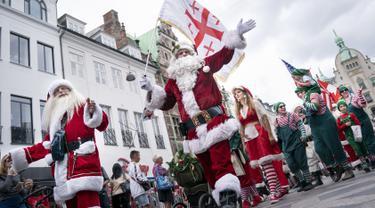Sinterklas dari seluruh penjuru dunia berpawai melewati Kopenhagen, Denmark (22/7/2019). Kongres Dunia Sinterklas tahunan berlangsung di Kopenhagen minggu ini. (AP Photo/Liselotte Sabroe/Scanpix 2019)